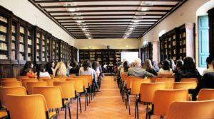 Formation, salle de réunion avec des personnes assises