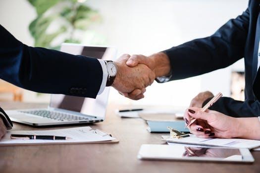 Formation professionnel deux personnes se serrent la main